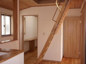 2階ホールから小屋裏収納へ