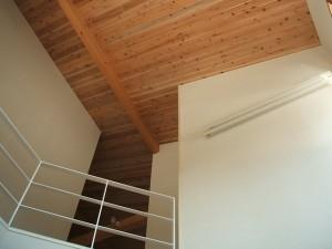 西川材の杉板張勾配天井