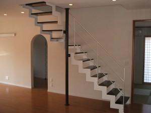 珪藻土の塗り壁とスチール製のストリップ階段
