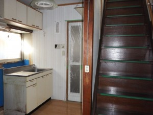 ④-1 既存キッチン階段を見る