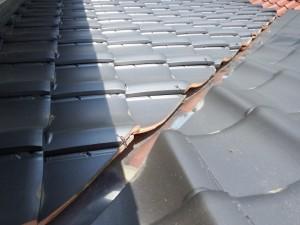 瓦屋根の亀裂(台風リフォーム)