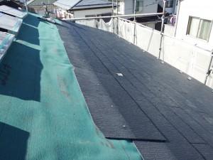 屋根下地材を敷き込みます。