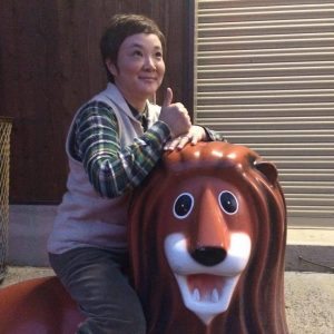 ライオンにまたがる工務店の奥さん