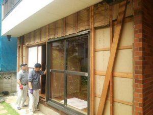 手動雨戸シャッター施工中 外壁撤去