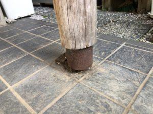 屋根を支えるポーチ柱の不具合